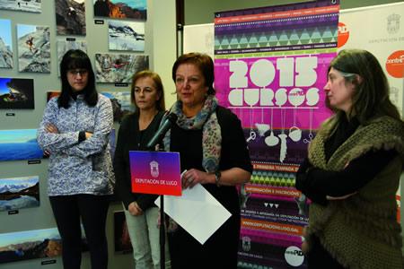 A deputada de Deseño e Artesanía, Regina Polín, acompañada por algunhas das artesás que impartirán as actividades, durante a presentación do programa de obradoiros do CENTRAD. GPDL.