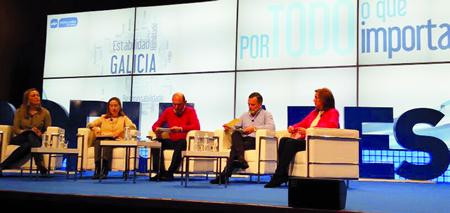 A candidata do PP á alcaldía de Monforte, Julia Rodríguez, durante a convención en Santiago, xunto á ministra Ana Pastor, e ao alcalde de Santiago, Agustín Hernández.  (Foto cedida).