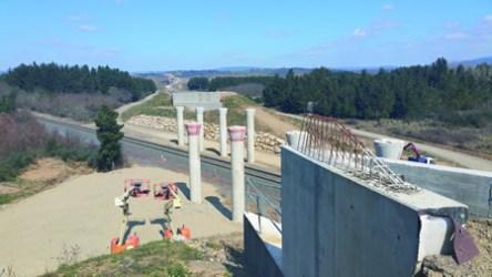 As obras da Vía de Altas Prestacións inclúen diversas actuacións, como a construción de pasos elevados. CMATI