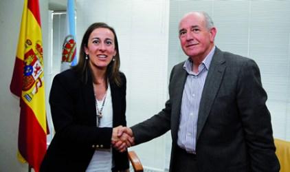 O alcalde de Pantón, José Luis Álvarez, e a conselleira de Medio Ambiente, Territorio e Infraestruturas, Ethel Vázquez, logo da sinatura en Santiago do convenio para os arranxos na zona do Curro en Ferreira. CMATI.