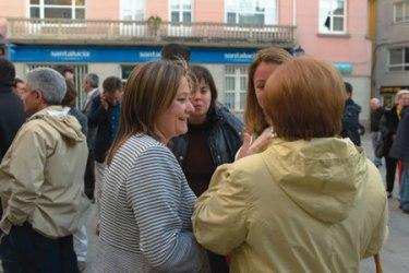 Pilar López, candidata do BNG á alcaldía de Monforte, conversa coa veciñanza nun acto da campaña electoral. (Foto cedida).