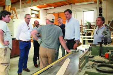 Visita do secretario xeral dos socialistas de Galicia, José Ramón Gómez Besteiro, a unha carpintería de O Saviñao, acompañando ao candidato socialista á alcaldía do municipio, Celestino Rodríguez.(Foto cedida).