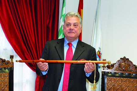 Julio Álvarez, logo de tomar posesión como Alcalde de Quiroga o pasado 13 de xuño, no comezo do que será o seu oitavo mandato consecutivo.  (Foto cedida).