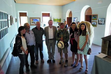Foto das autoridades e os responsables da exposición xunto con visitantes e peregrinos. EC