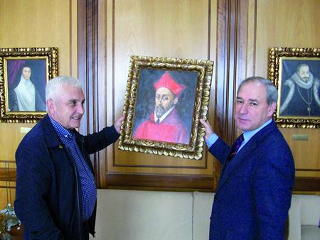 O alcalde de Monforte, José Tomé, recibindo o cadro que representa ao Cardeal Rodrigo de Castro de mans do monfortino afincado en Barcelona Luis Rodríguez Fernández. GPCM.