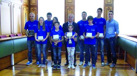 Os deportistas do Club Quixós de Piragüismo, durante a recepción oficial no Concello de Monforte. O alcalde, José Tomé, entregou a cada un deles unha placa en recoñecemento dos seus logros deportivos no Campionato de España. GPCM.