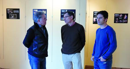 Julio Álvarez e Andrés Novoa percorreron a exposición dos 40 anos do GES Ártabros, asistidos polas explicacións de Manuel Díaz, membro desta formación espeleolóxica. EC