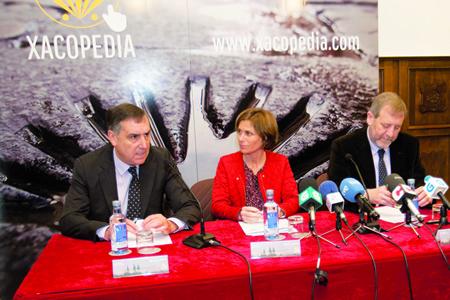 Antonio Couto Rego, de Ediciones Bolanda; Nava Castro, directora xeral de Turismo de Galicia; e o xerente da Sociedade de Xestión do Plan Xacobeo, Rafael Sánchez Bargiela, durante a presentación o 9 de novembro.  GPXG.
