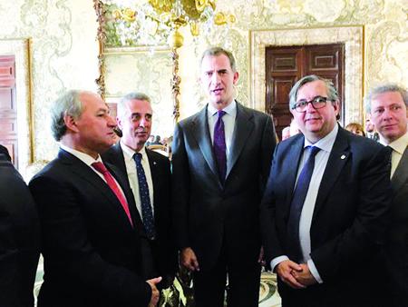 O alcalde de Monforte, José Tomé Roca, conversa con Felipe VI nun momento da recepción oficial no Palacio Real, o pasado 30 de novembro. (Foto cedida: GPCM).