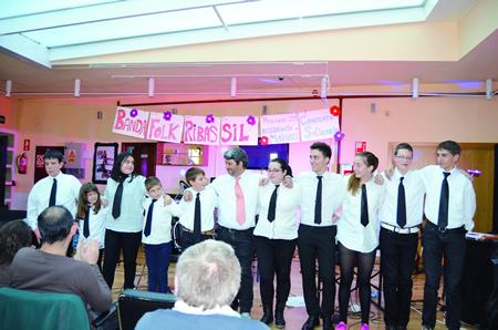 A Banda Folk de Ribas de Sil saúda ao público logo do Concerto Solidario que ofreceu na Residencia de Maiores de Monforte.  (Foto cedida).