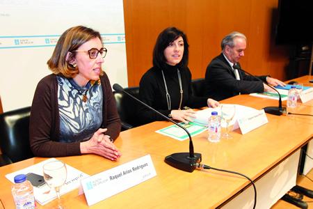 A delegada da Xunta en Lugo, Raquel Arias, explica os datos do Plan Marco de mellora de camiños rurais para a provincia, en presenza da conselleira de Medio Rural, Ángeles Vázquez, e do director xeral de Desenvolvemento Rural, Antonio Crespo. GPXG
