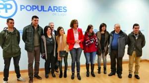 Foto de familia de Raquel Arias e o seu equipo de candidatura durante a presentación de avais o pasado 12 de febreiro. (Foto cedida).