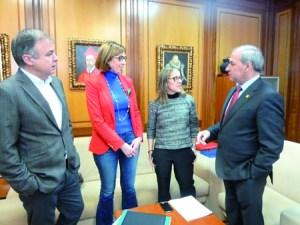 A conselleira de Infraestruturas, Ethel Vázquez, acudiu á reunión en Monforte co alcalde, José Tomé, acompañada da delegada da Xunta en Lugo, Raquel Arias, e o director xeral do IGVS, Heriberto García, o 23 de febreiro.  GPCM.