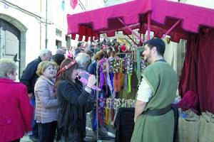 A Feira Medieval concentra en Monforte a numeroso público, que disfruta do ambiente festivo e da variedade comercial que supón este evento. Arquivo EC.