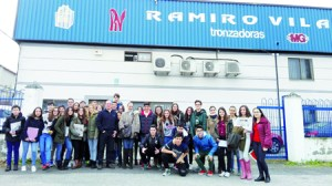 O grupo de alumnos e alumnas do CPR Ferroviario de Monforte durante a visita á empresa Ramiro Vila. (Foto cedida).