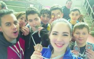 A imaxe da alegría dos deportistas do club Neka de Monforte, logo de acadar media ducia de medallas no Campionato Galego de Técnica para adultos, celebrado na localidade coruñesa de Teo o 5 de marzo. (Foto cedida).
