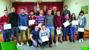 """Os participantes no obradoiro de emprego """"Caíño Tinto"""" de Pantón, Sober e O Saviñao, logo de recibir os seus diplomas o pasado 7 de abril. GPXG."""