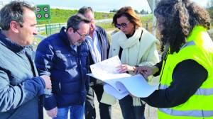 A delegada da Xunta en Lugo, Raquel Arias, e o alcalde de Bóveda, José Manuel Arias, supervisaron o estado dun tramo da LU-652 antes do inicio dos traballos. GPXG.