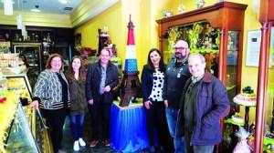O responsable da Confiteria Caprichos, de Sarria, acompañado de membros da Corporación Local e representantes da Irmandade Sarria-Guerledan. (Foto cedida).