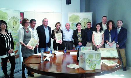 A presentación da nova campaña do Consorcio de Turismo Ribeira Sacra tivo lugar en Portomarín o día 20 deste mes, coa presenza dos alcaldes dos municipios deste organismo, ademais da directora de Turismo de Galicia, Nava Castro; as delegadas da Xunta en Lugo e Ourense, e o presidente do Consorcio, Luis Fernández Guitián. (Foto cedida).