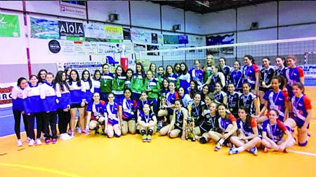Foto de familia dos equipos participantes en Monforte no Campionato Galego de Voleibol Cadete, o pasado 14 de maio. (Foto: FGVB).