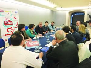 Na primeira mesa sectorial do LuGoWork, o presidente da Deputación, Darío Campos Conde, xunto ao deputado de Participación Cidadá e Transparencia, Pablo Rivera Capón, reuniuse cos representantes da Asociación Provincial de Empresarios de Hostalería de Lugo, o 25 de abril. GPDL.