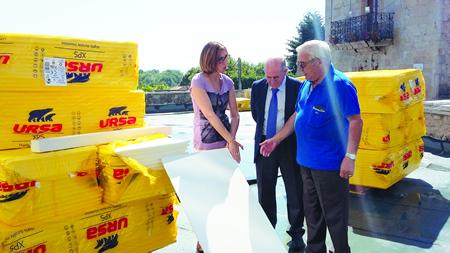 O alcalde de Pantón, José Luis Álvarez, e a delegada da Xunta en Lugo, Raquel Arias, supervisan os traballos que se iniciaron a mediados de xullo para acondicionar a Praza do Concello e a contorna do Edificio Sociocultural de Ferreira. GPXG.