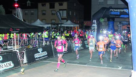 A alta participación na primeira edición da carreira nocturna Night Trail Quiroga, o pasado 30 de xullo, completouse cun gran ambiente e numeroso público no punto de saída durante toda a proba. (Foto cedida).