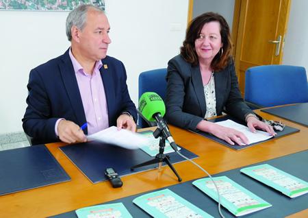 O alcalde, José Tomé, e a concelleira de Cultura, Marina Doutón, presentando o programa das Festas Patronais. EC