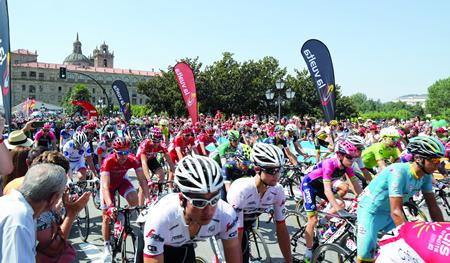 Imaxe da saída do pelotón de La Vuelta 2016 dende a Praza da Compañía de Monforte, para iniciar o percorrido da sexta etapa entre Monforte e Luíntra. EC