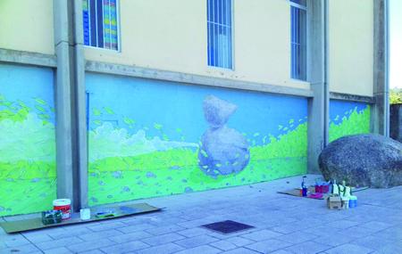 """O novo mural no Pavillón Deportivo de Chantada, recén rematado a mediados de setembro pola artista Doa Ocampo, dentro do proxecto """"Un toque de cor en Ribeira Sacra"""", promovido polo Consorcio de Turismo Ribeira Sacra. CTRS"""