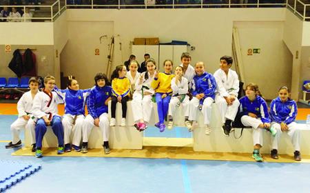 Foto de familia dun grupo de deportistas do club Neka no circuíto de competición do pasado curso.  Arquivo EC
