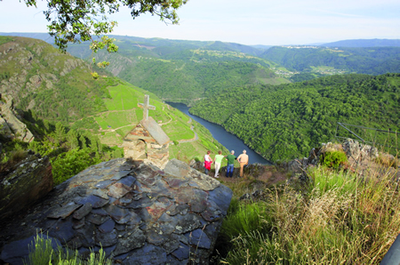 As rutas de sendeirismo, os miradoiros e os horarios de visita das adegas foron as principais consultas rexistradas na Oficina de Turismo de Sober este verán. (Foto cedida).