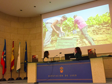 """A autora do fotolibro, Mónica Noya, na presentación da obra """"Ex vite vita"""", acompañada da deputada de Cultura, Pilar García Porto. GPDL."""