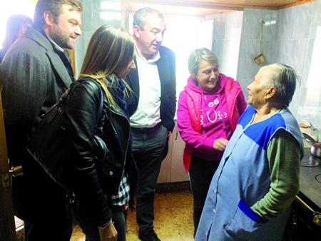 O presidente da Deputación, Darío Campos, visitou a Dorinda Vidarte, veciña de Lourenzá de 95 anos e usuaria do Servizo a Domicilio, acompañado pola alcaldesa, Rocío López. GPDL.