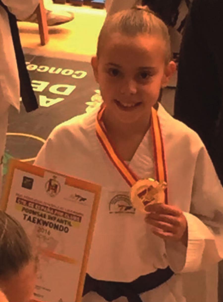 Laura Álvarez, do ximnasio Neka, coa súa medalla de ouro tras proclamarse campiona de España de taekwondo. (Foto cedida).