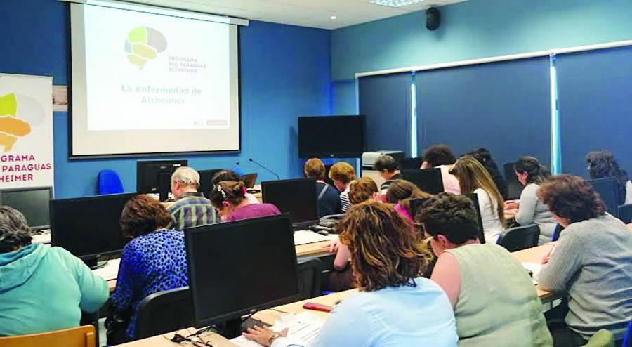 Unha das accións formativas para cuidadores do programa Red Paraguas Alzheimer, promovido pola Federación Alzheimer Galicia (FAGAL) e a Fundación Barrié.  (Foto cedida: FAGAL-Fundación Barrié).