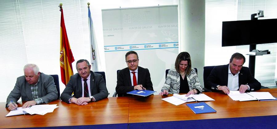 O delegado da Xunta en Lugo, José Manuel Balseiro, e o director de Agader, Miguel Pérez, na sinatura da cesión, na que participou, entre outros, o alcalde de Bóveda, José Manuel Arias. GPCMR