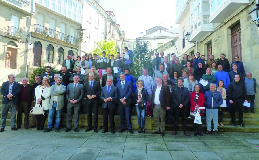 Foto de grupo dos participantes nos obradoiros de emprego da Xunta no sur de Lugo, acompañados polos alcaldes dos municipios correspondentes, o delegado da Xunta en Lugo, e o conselleiro de Economía, Emprego e Industria, o pasado 4 de abril. GPCM