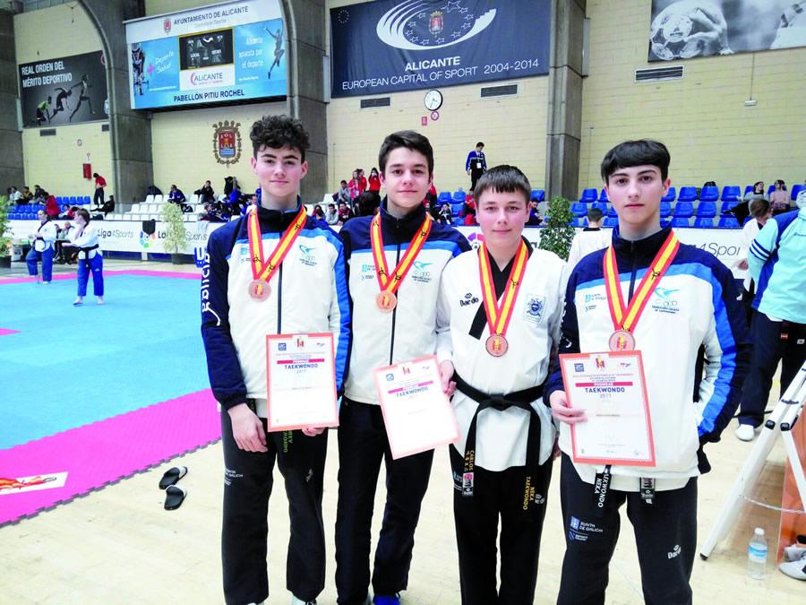 Roca, Rey e Fernández tamén conseguiron outro bronce no Open de España celebrado en Alicante, proba na que Álex Camba (segundo pola esquerda) acadou un bronce individual.  (Foto cedida).