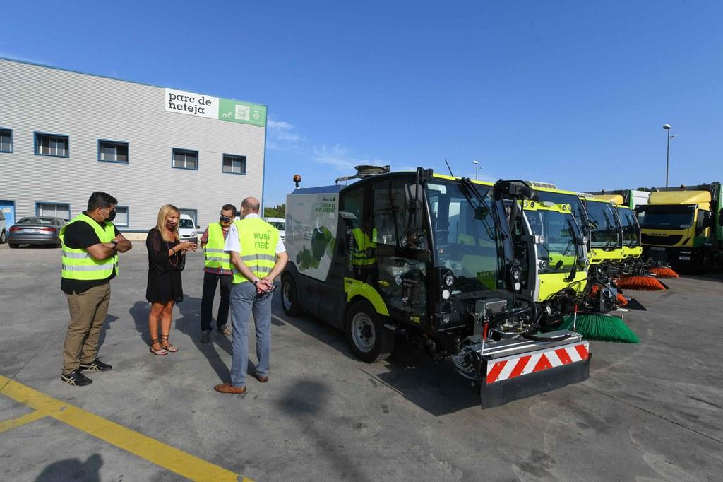 L'Ajuntament renova cinc vehicles de neteja viària i 25 carros d'escombrada manual de la flota municipal