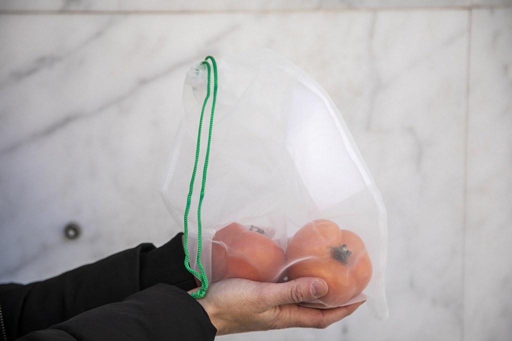 Es reparteixen bosses de malla reutilitzables a les llars de la ciutat per promoure la compra sense residus