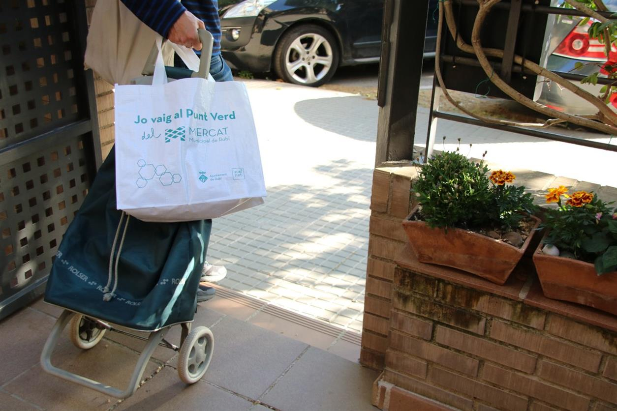 L'Ajuntament lliurarà 1.500 bosses de ràfia a la ciutadania per facilitar l'aportació de residus al Punt Verd del Mercat