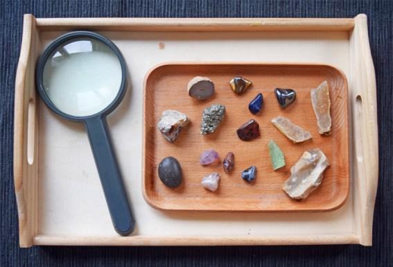 plateau pierres minéraux loupe Montessori
