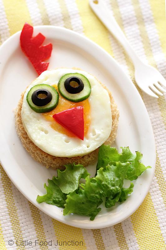 Pão, ovo, tomate, pepino e azeitona, fazem uma popó bem legar para os pequenos.
