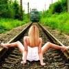 電車に向かってスカートおっぴろげはエロい!~エッチな面白画像~