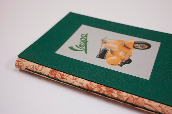 cuaderno de notas artesanal con ilustración vespa