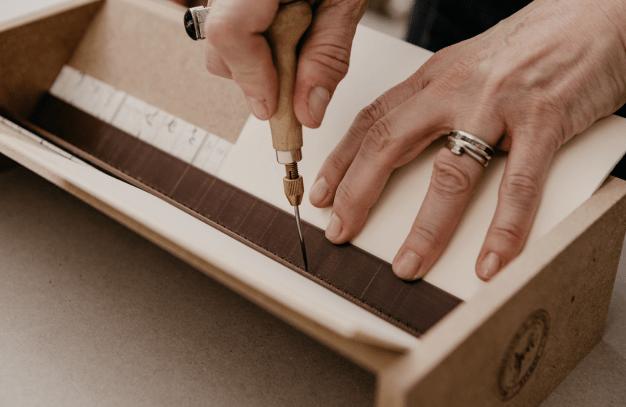 Proceso de encuadernado artesanal en Encuadernación Bilbao