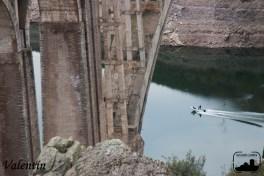 Lancha pasando por el Puente de los Cabriles