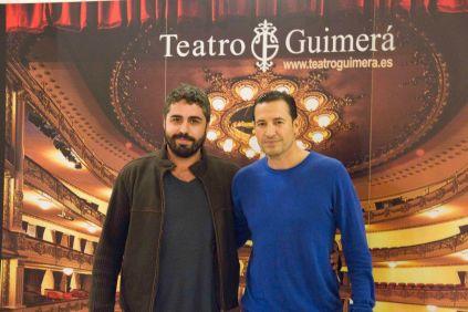 De izqda a dcha, Jose A. Alayón (cineasta invitado) y Emilio Ramal Soriano (presentador y moderador del acto) antes de la proyección.